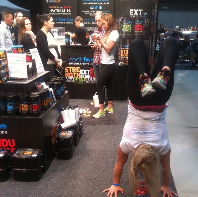 Näin mä edustan ständeillä, että eikun työtarjouksia tulemaan vaan! Kuva Fitness Exposta lokakuulta.
