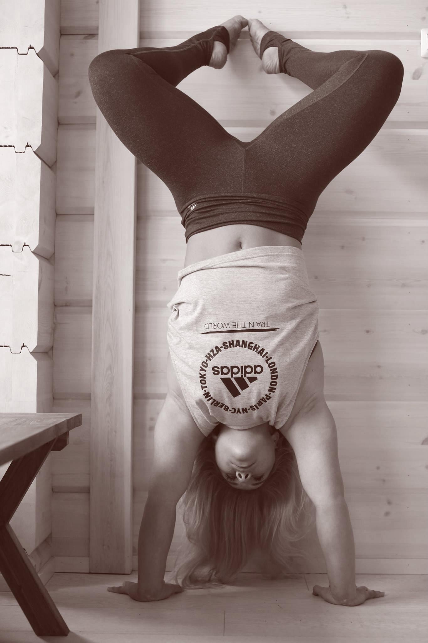 eveliina_handstand